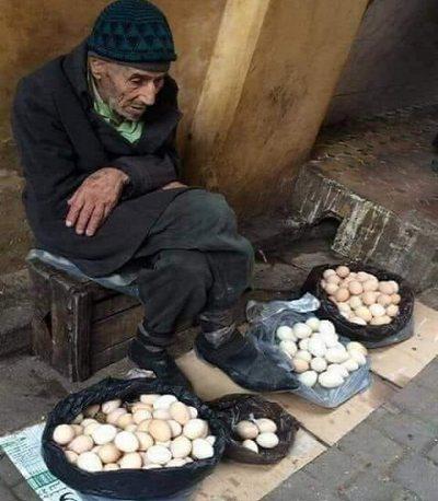 Yaşlı Yumurta Satıcısı ve Zengin Kadın Görünümden