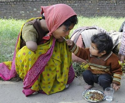 İki yaşındaki çocuk elleri olmayan annesine yemek